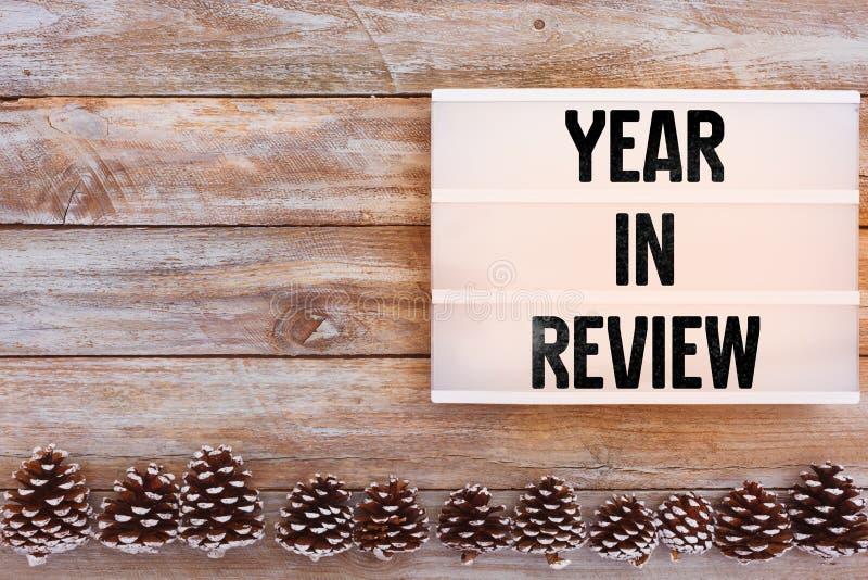 Ano no texto da revisão no lightbox na tabela do inverno foto de stock