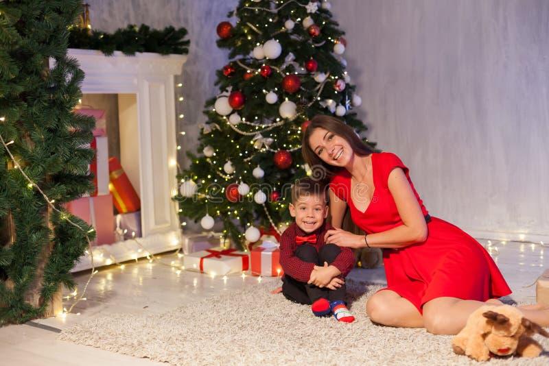 Ano novo aberto de árvore de Natal dos presentes da mãe e do rapaz pequeno fotografia de stock