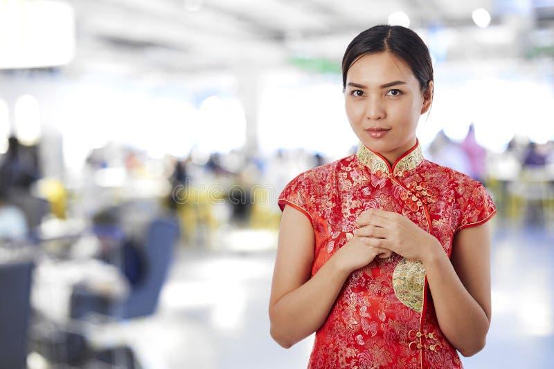 Ano novo chinês feliz da mulher asiática bonita imagens de stock royalty free