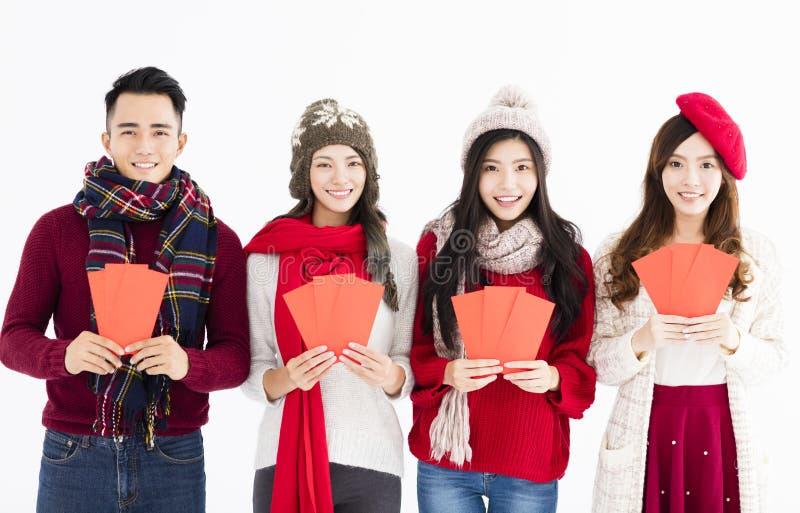 Ano novo chinês feliz grupo novo que mostra o envelope vermelho fotografia de stock royalty free