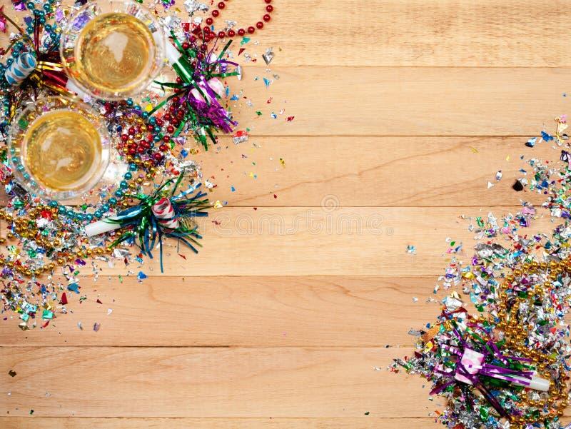 Ano novo: Confetes com Champagne To Celebrate imagens de stock