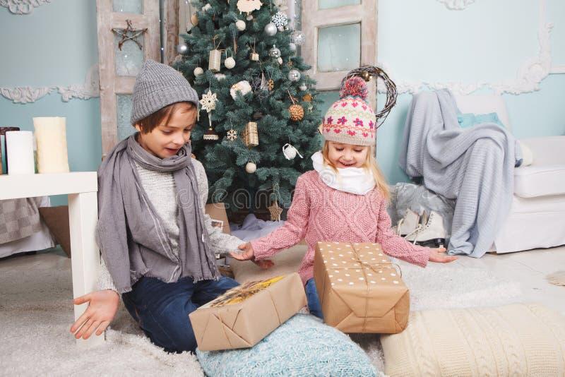 Ano novo das crianças felizes imagens de stock royalty free