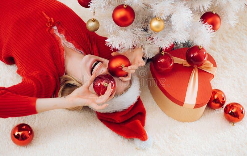 Ano novo das mulheres Feliz Natal e ano novo feliz Divertimento de Santa Caixa de presente do ano novo Menina engraçada no chapéu fotografia de stock
