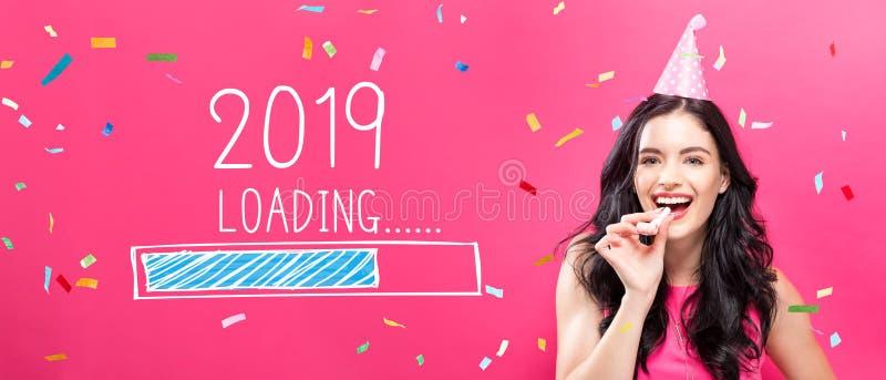 Ano novo de carregamento 2019 com a jovem mulher com tema do partido fotos de stock