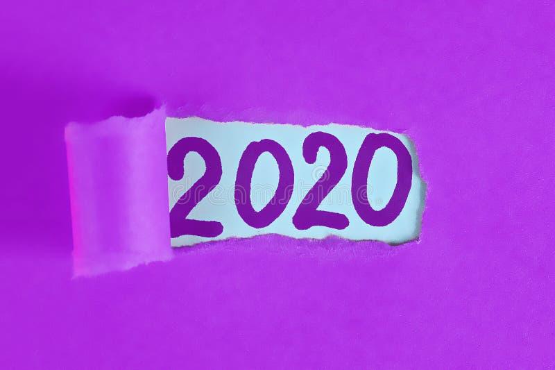 Ano novo de revelação rasgado 2020 da palavra do papel da parte Conceito do Natal Aplanamento do ano novo 2020 objetivos foto de stock