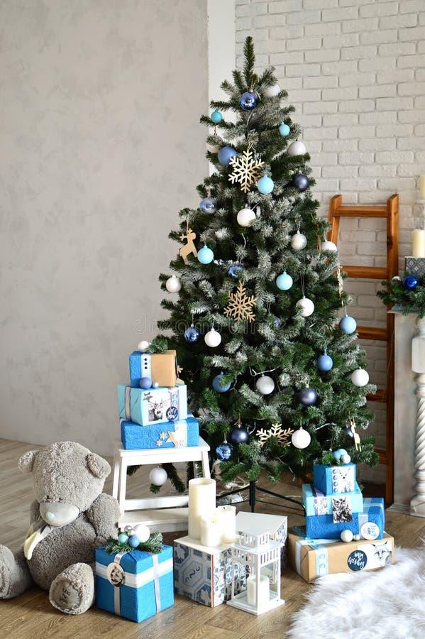 Ano novo, decoração do Natal: Árvore do ano novo, presentes, urso de peluche ano novo, Natal, feriados fotos de stock royalty free