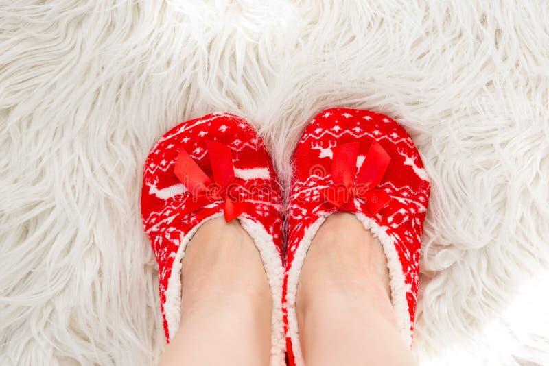 Ano novo, deslizadores do Natal na pele macia branca Engraçado, engraçado, acolhedor foto de stock royalty free