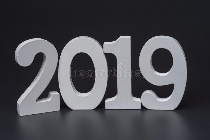 Ano novo dois mil dezenove, números brancos em um fundo preto imagens de stock royalty free