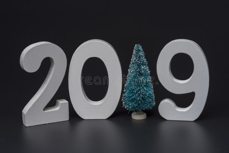 Ano novo dois mil dezenove, números brancos em um fundo preto imagens de stock