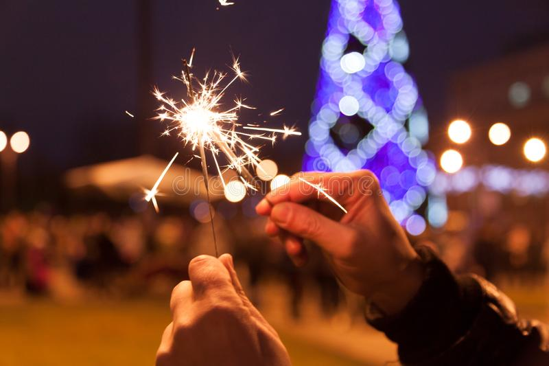 Ano novo e Noite de Natal do feriado dos povos na praça da cidade fotos de stock