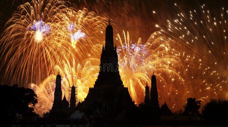ano novo exótico - fogos-de-artifício da contagem regressiva do ano novo de Banguecoque em Wat Arun Temple, Banguecoque, Tailândi fotografia de stock royalty free