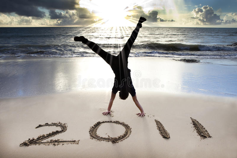 Ano novo feliz 2011 na praia do nascer do sol fotos de stock