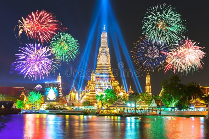 Ano novo feliz 2016, contagem regressiva 2016 em Wat ArunTemple, fogos-de-artifício, W fotos de stock