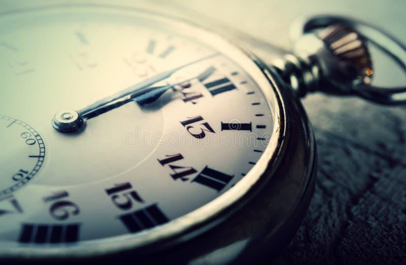 Ano novo feliz da meia-noite impressionante do pulso de disparo do relógio do vintage imagem de stock