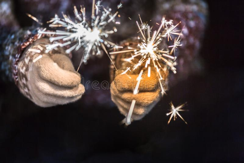 Ano novo feliz e Feliz Natal conceito, mão que guarda um burni imagens de stock