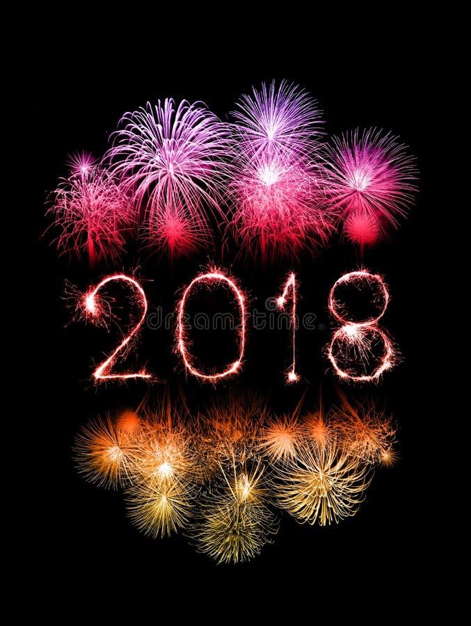 Ano novo feliz 2018 escrito com fogo de artifício da faísca imagens de stock