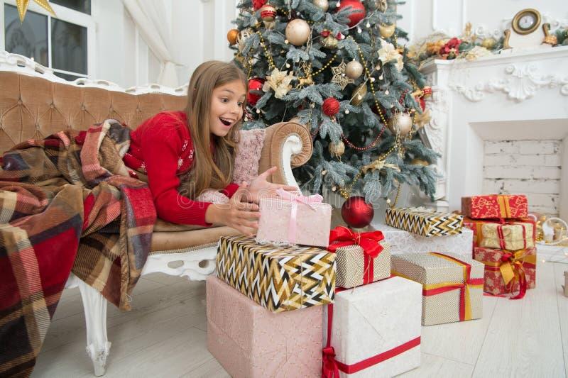 Ano novo feliz Inverno Abrindo seu presente de Natal Árvore e presentes de Natal compra em linha do xmas Feriado da família imagem de stock