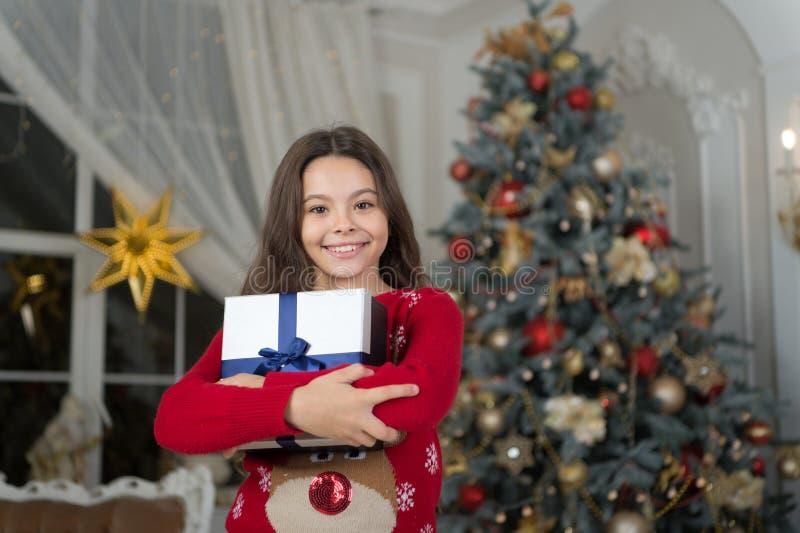Ano novo feliz A manhã antes do Xmas Feriado do ano novo Natal A criança aprecia o feriado gostos da menina da criança pequena imagens de stock royalty free