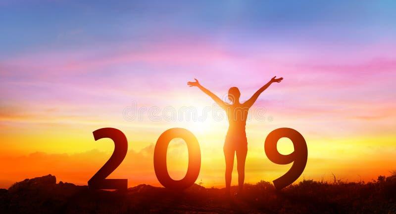 Ano novo feliz 2019 - menina feliz com números foto de stock royalty free