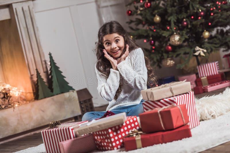 Ano novo feliz! Menina com presentes imagens de stock