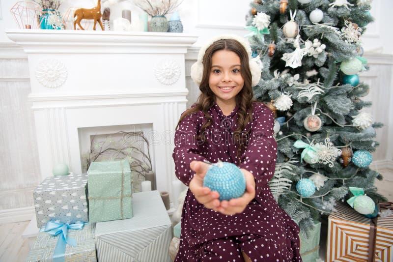 Ano novo feliz A menina da criança pequena gosta do presente do xmas Natal A criança aprecia o feriado menina feliz pequena no Na imagem de stock