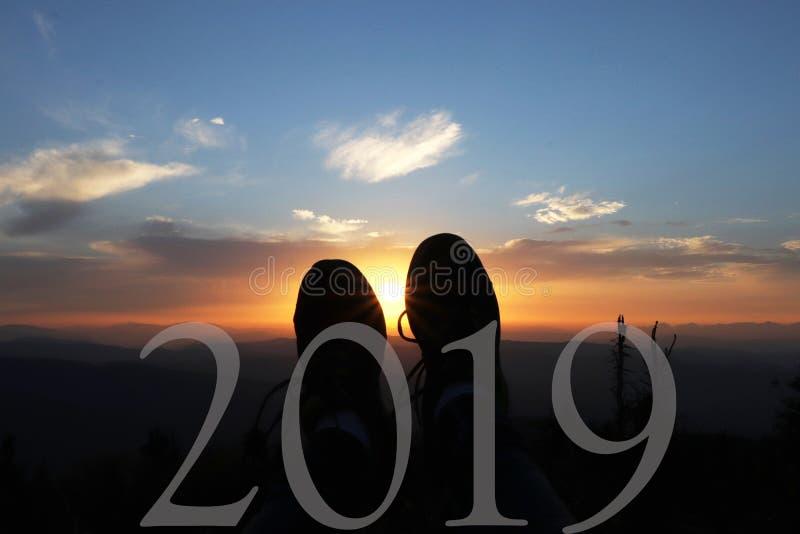 Ano novo feliz 2019 Números brancos Um cartão bonito com nascer do sol no hora de Lysa em montanhas de Beskydy fotografia de stock royalty free