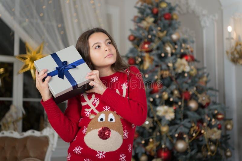 Ano novo feliz Natal A criança aprecia o feriado menina pensativa pequena no Natal A manhã antes do Xmas Ano novo fotografia de stock