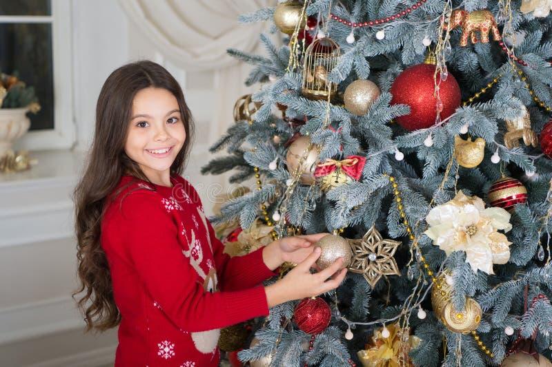 Ano novo feliz Natal A criança aprecia o feriado menina feliz pequena no Natal Decore a árvore de Natal A manhã imagem de stock