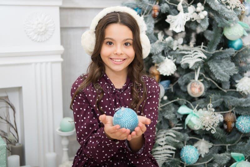 Ano novo feliz Natal A criança aprecia o feriado menina feliz pequena no Natal fones de ouvido mornos manhã antes do Xmas novo fotografia de stock royalty free