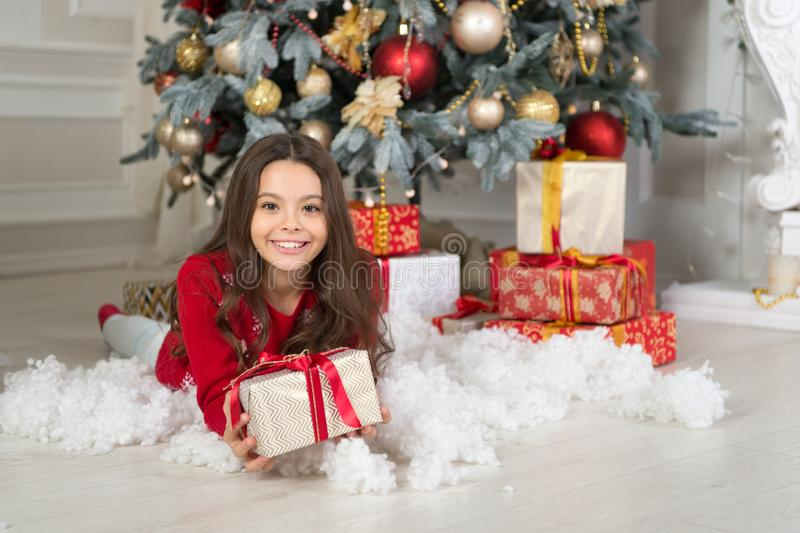 Ano novo feliz Natal A criança aprecia o feriado menina feliz pequena no Natal A manhã antes do Xmas Ano novo fotografia de stock royalty free