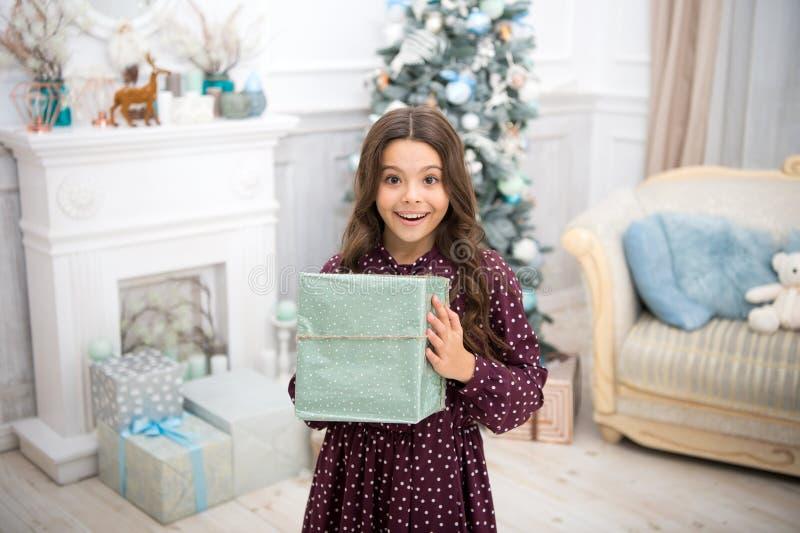 Ano novo feliz Natal A criança aprecia o feriado menina feliz pequena no Natal A manhã antes do Xmas Ano novo imagens de stock