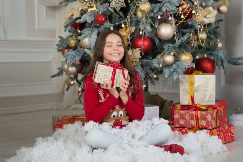 Ano novo feliz Natal A criança aprecia o feriado menina feliz pequena no Natal A manhã antes do Xmas Ano novo foto de stock royalty free