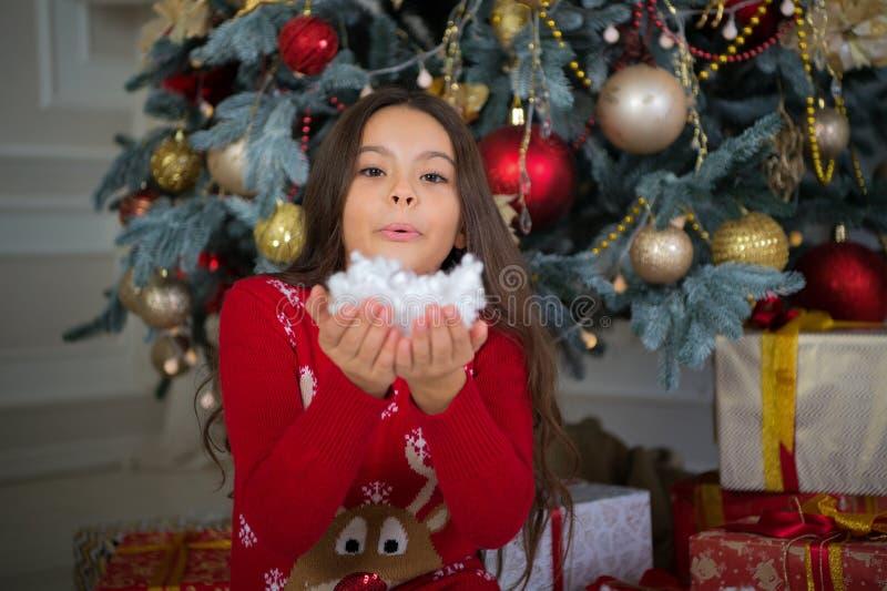 Ano novo feliz Natal A criança aprecia o feriado menina feliz pequena no Natal A manhã antes do Xmas Ano novo fotos de stock royalty free