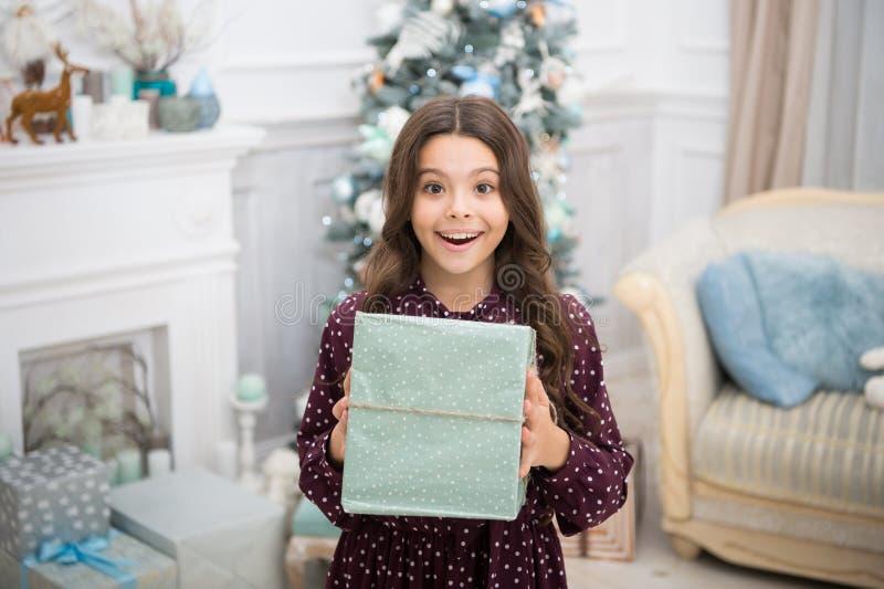 Ano novo feliz Natal A criança aprecia o feriado menina feliz pequena no Natal A manhã antes do Xmas Ano novo fotografia de stock