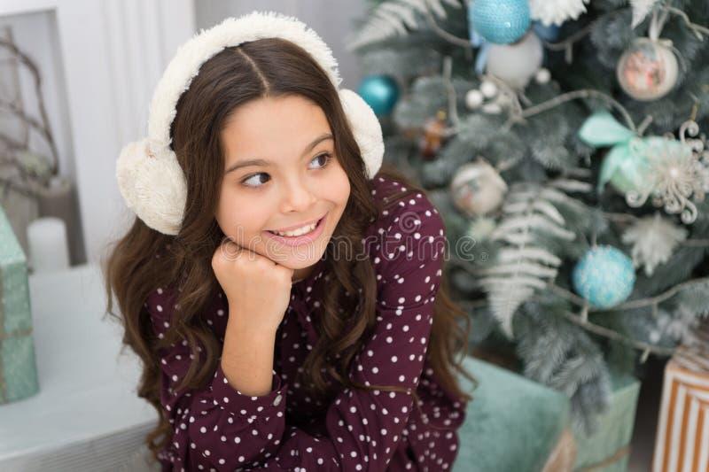 Ano novo feliz Natal A criança aprecia o feriado menina feliz pequena no Natal A manhã antes do Xmas fones de ouvido mornos fotos de stock
