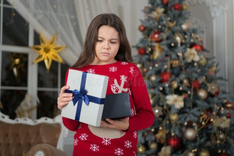 Ano novo feliz Natal A criança aprecia o feriado menina triste pequena no Natal A manhã antes do Xmas Feriado do ano novo fotos de stock