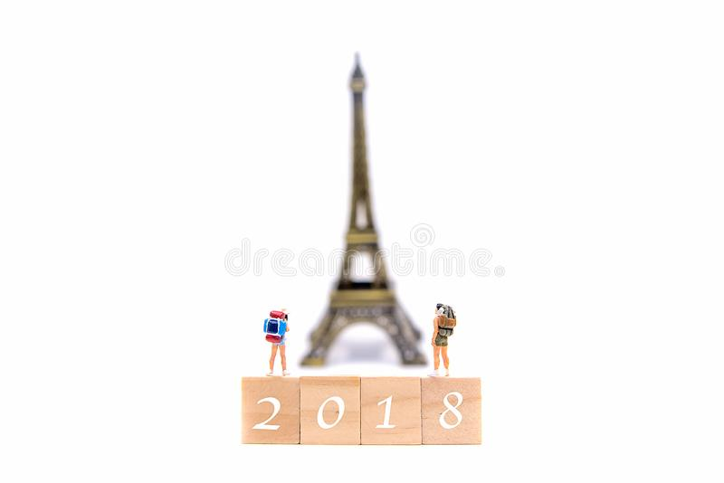 Ano novo feliz 2018 O caminhante e o viajante diminutos do grupo backpack a posição no mapa do wold para a torre Eiffel do curso  imagens de stock royalty free