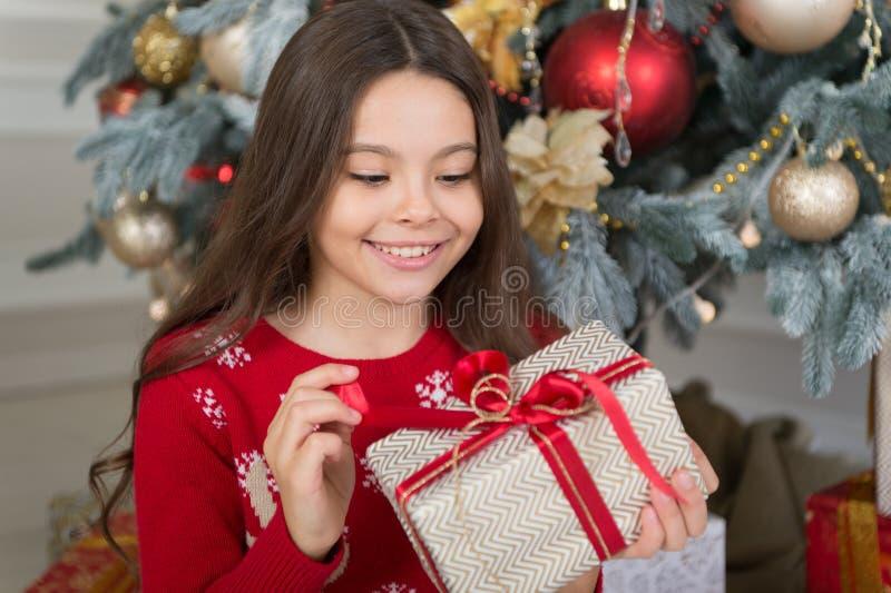 Ano novo feliz Os 2019 anos novo estão vindo A manhã antes do Xmas Infância a menina feliz comemora o feriado de inverno fotos de stock royalty free