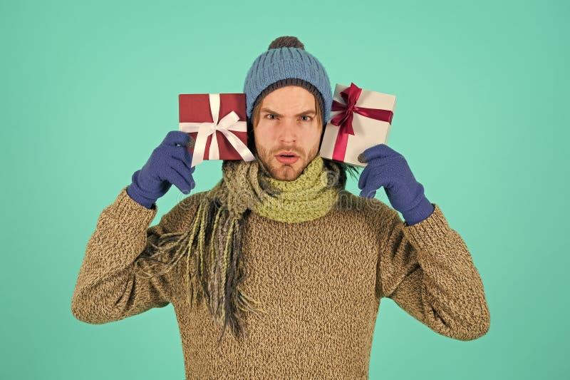 Ano novo feliz Presente e azevinho Homem com caixa atual Compras Celebra??o dos feriados de inverno A manh? antes do Xmas fotografia de stock royalty free