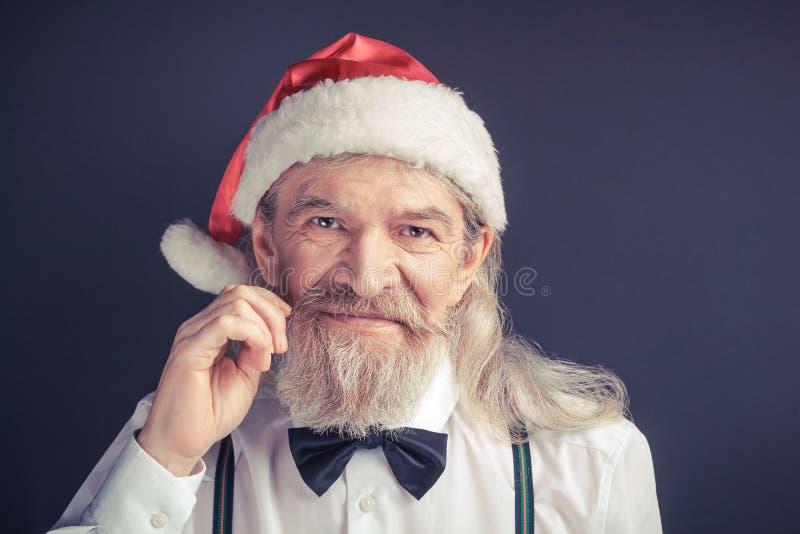 Ano novo, homem enrugado idoso que veste o chapéu de Santa imagem de stock