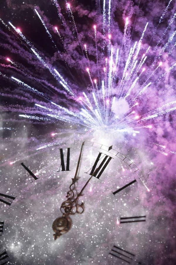 Ano novo na meia-noite - luzes velhas do pulso de disparo e do feriado imagens de stock