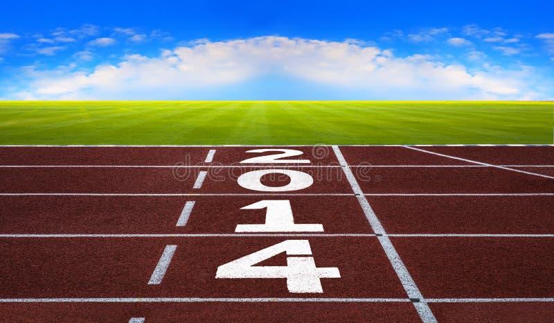 Ano novo 2014 no conceito da pista de atletismo com céu azul. foto de stock royalty free