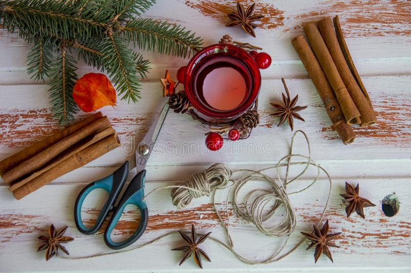 Ano novo Ofícios do Natal, juta vermelha da corda do castiçal e tesouras Criação do ` s do ano novo da atmosfera festiva foto de stock royalty free