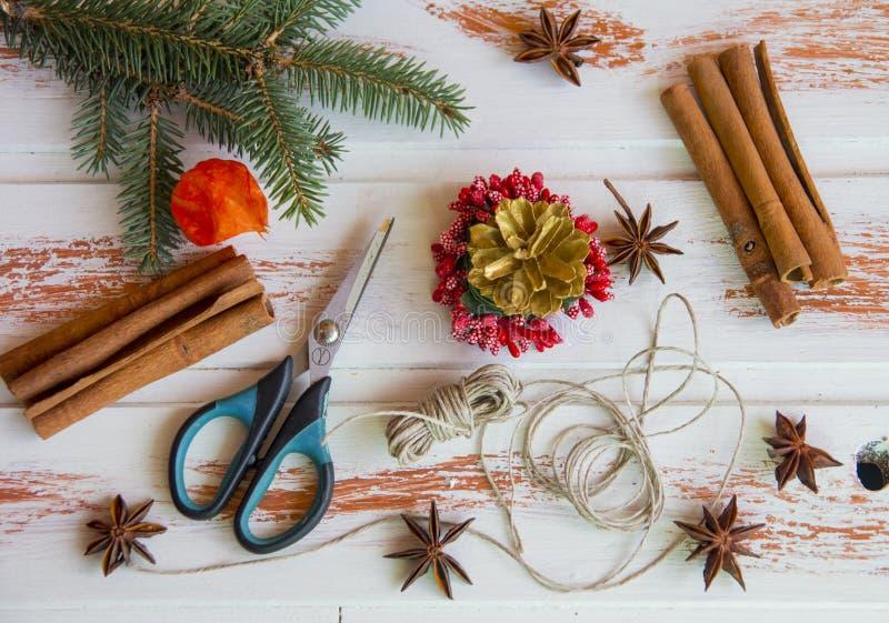 Ano novo Ofícios do Natal, juta vermelha da corda do castiçal e tesouras Criação do ` s do ano novo da atmosfera festiva imagens de stock royalty free