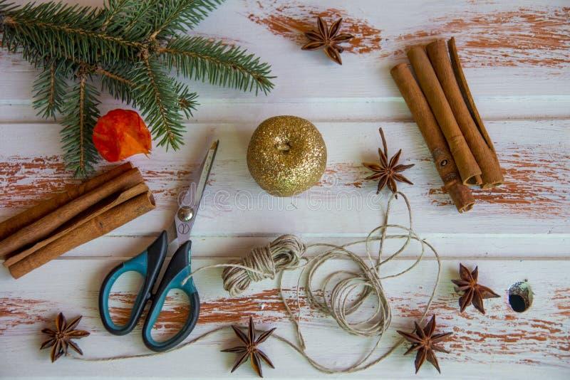 Ano novo Ofícios do Natal, juta vermelha da corda do castiçal e tesouras Criação do ` s do ano novo da atmosfera festiva imagem de stock royalty free