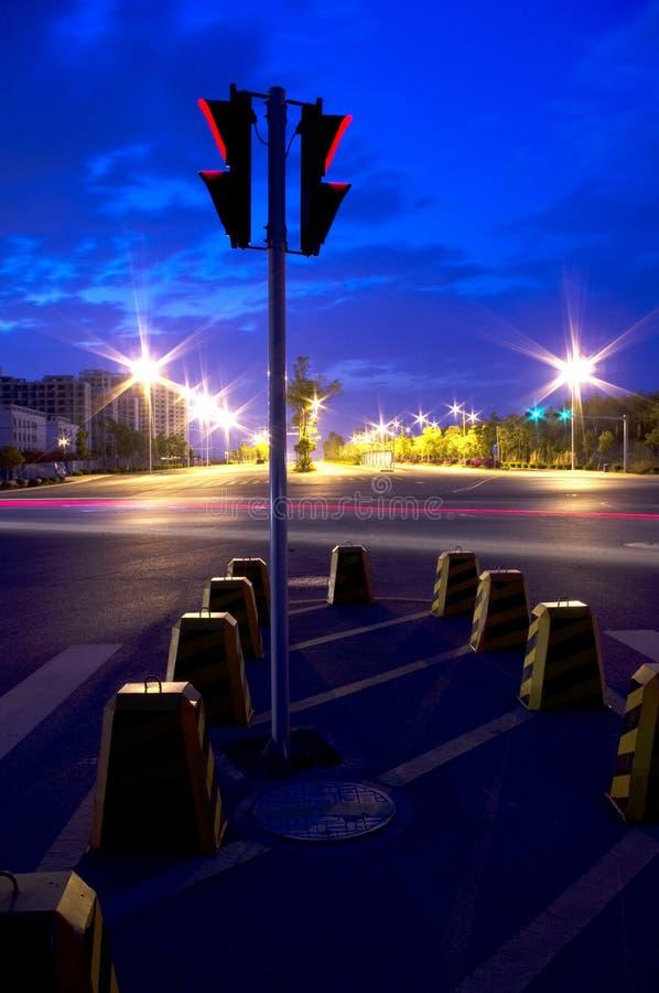 Anochecer del semáforo en calle vacía fotos de archivo