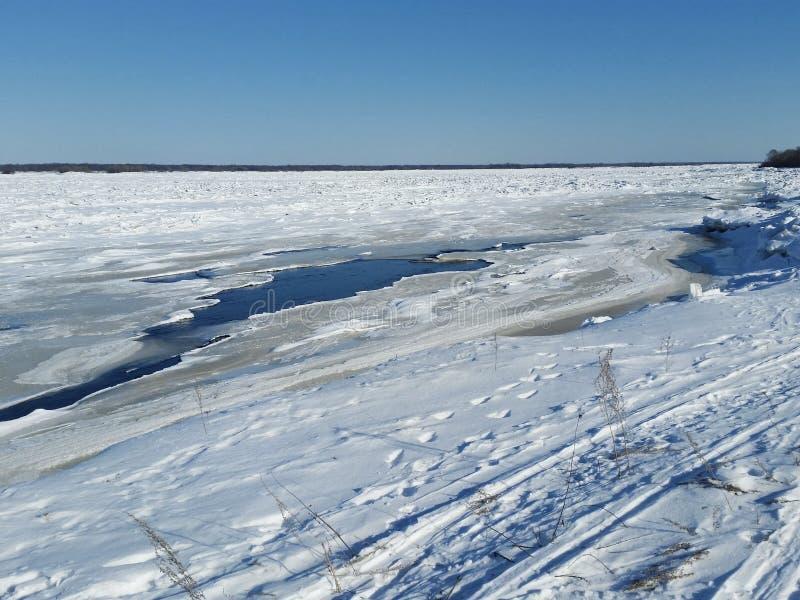 Anomal kalter Frühling Der Fluss wird mit Eis bedeckt stockfotos
