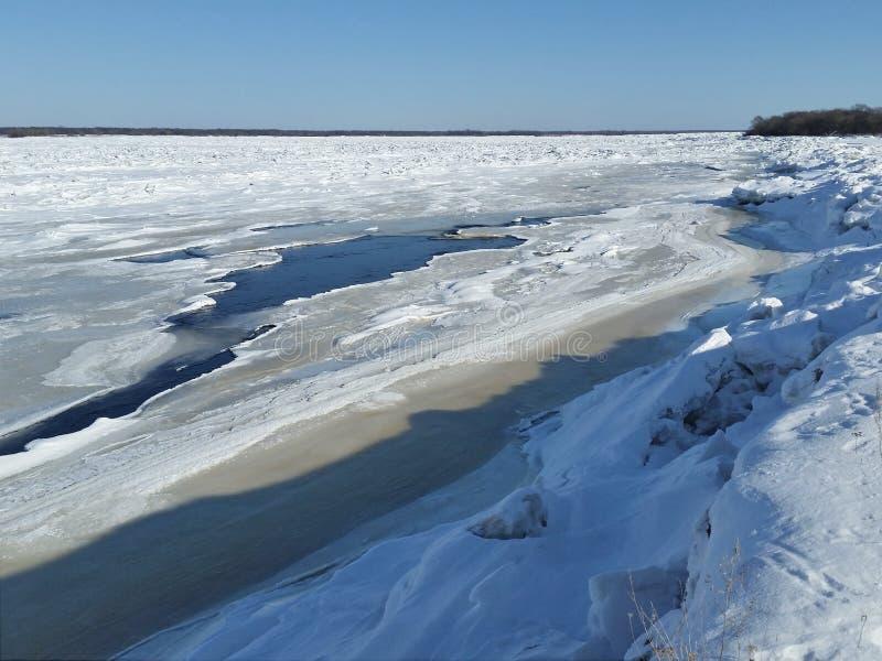 Anomal kalter Frühling Fluss wird mit Eis bedeckt stockfotografie