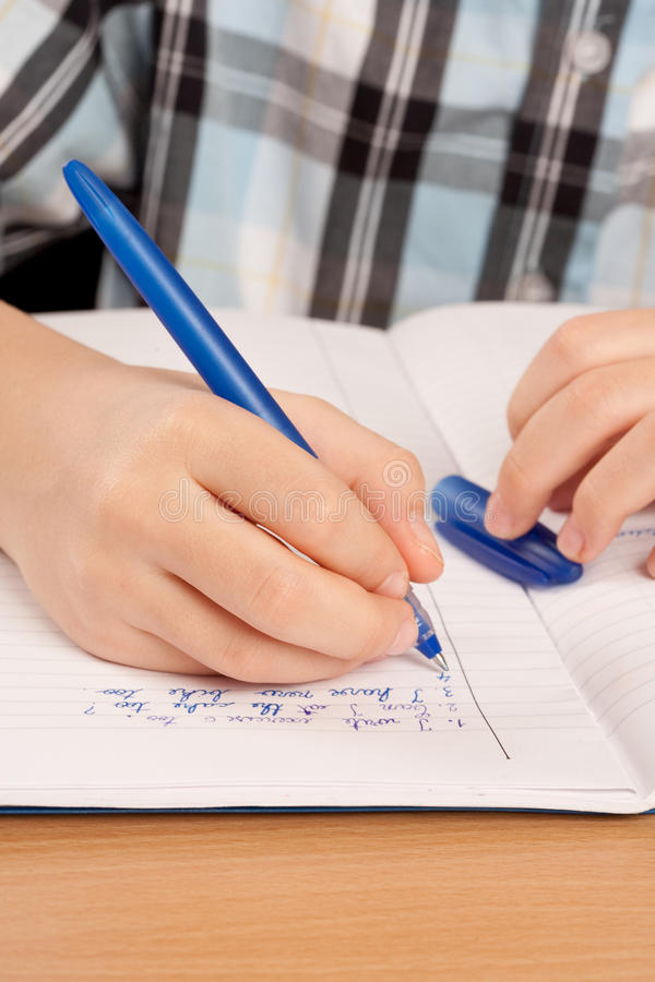 Anoniem leerlingshand het schrijven thuiswerk royalty-vrije stock afbeelding