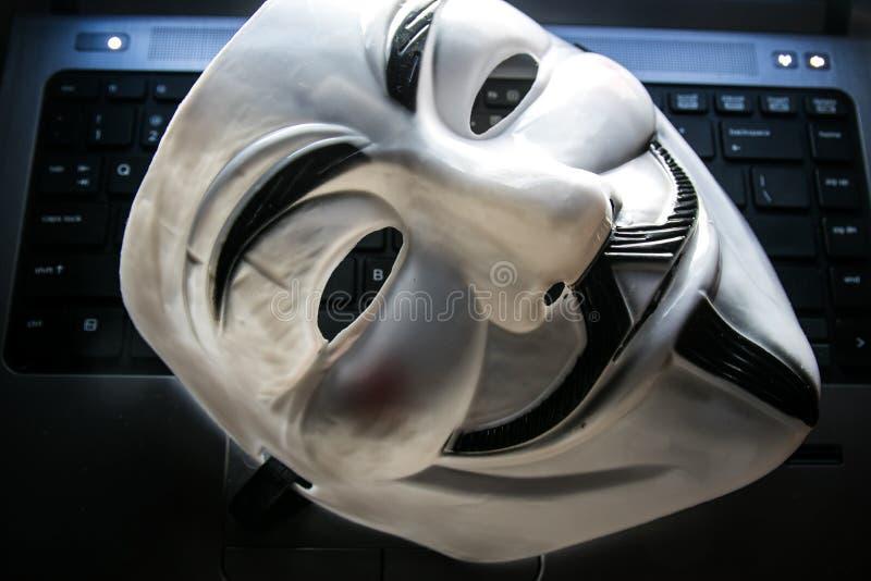 Anoniem masker op toetsenbord stock afbeeldingen